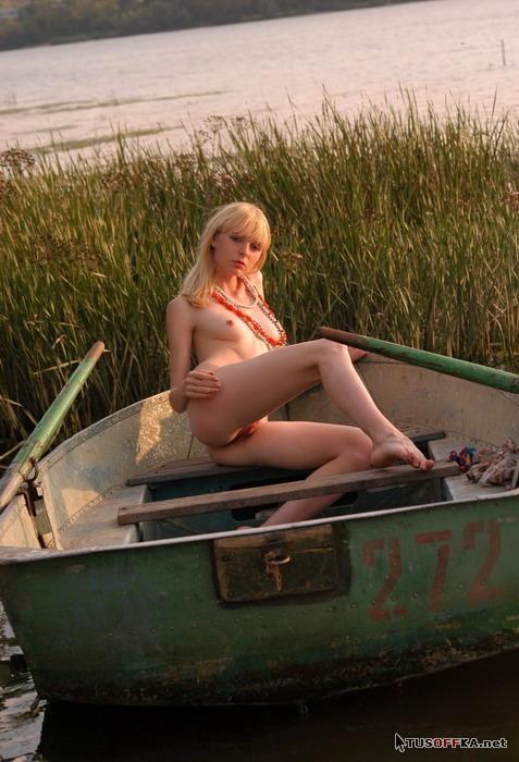 видео голые в лодке